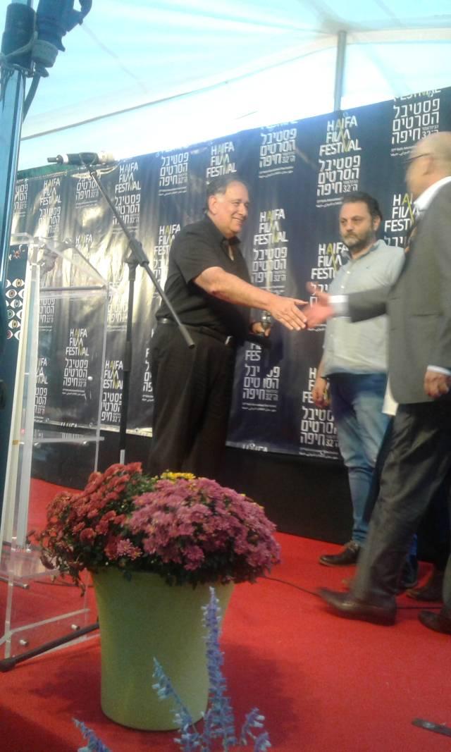 Мэр Хайфы Йона Яхав вручает приз турецким кинематографистам