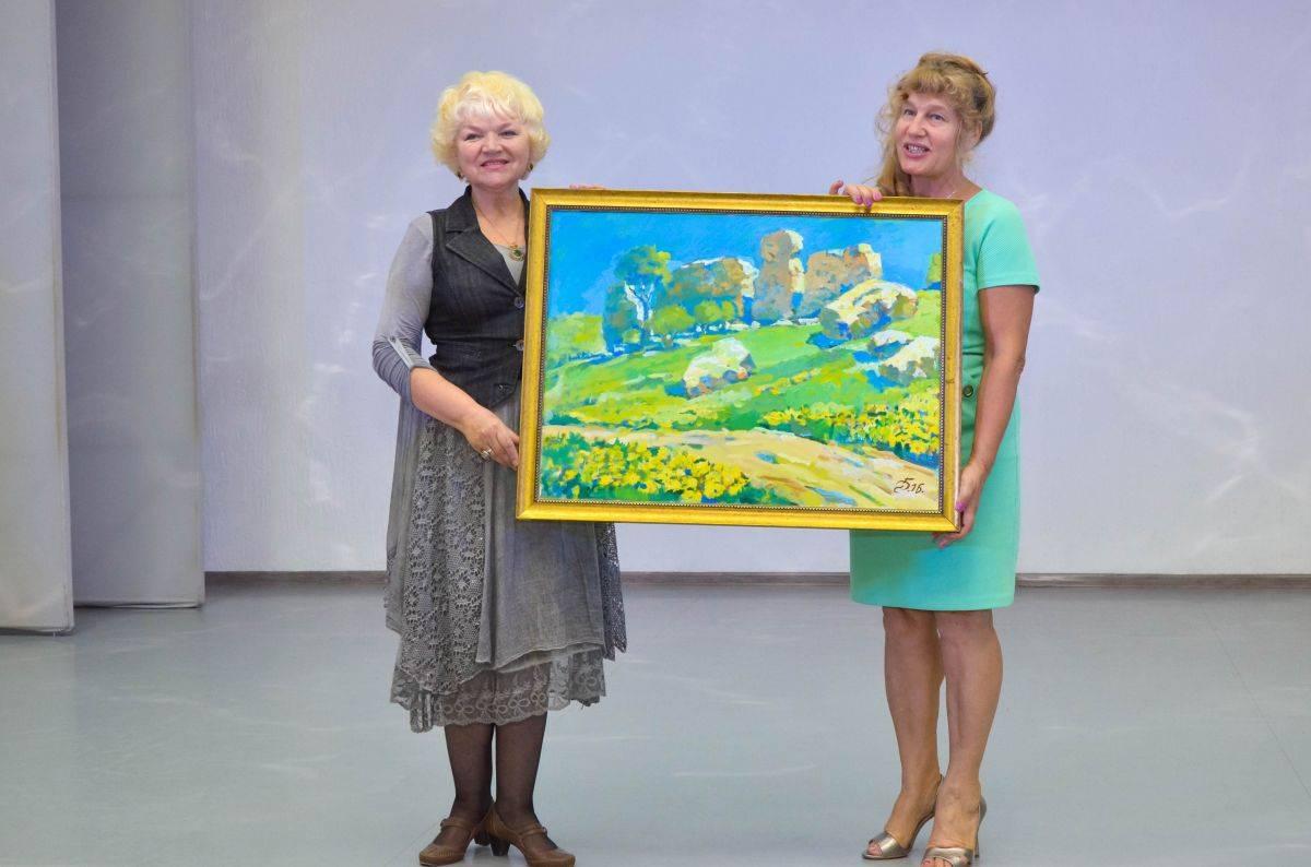Г.Подольская передает картину Г.Фирера зам мэра Г.Кучер