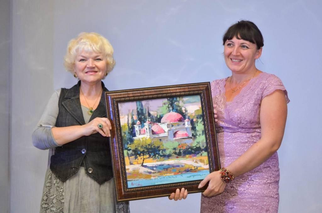 Г.Подольская передает картину директору Уманского художественного музея Н.Белоус