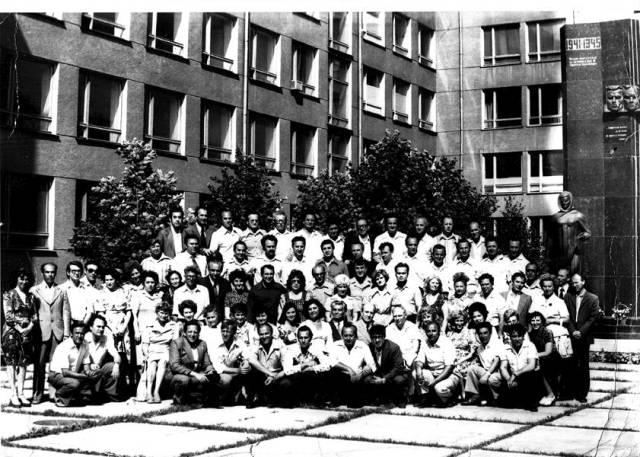 Встреча на 20-летие выпуска, 1978 год (более половины выпуска здесь, отсутствующие — просто не смогли прибыть). Верхний ряд слева направо: М.Гаузнер, Е.Марголин, 4-й слева Л. Комиссаренко