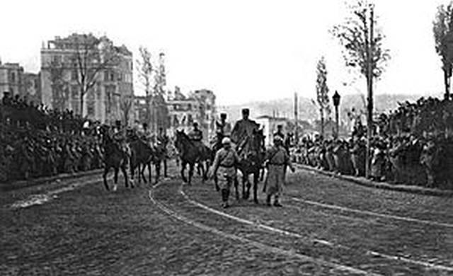 8 февраля 1919 г. Французский генерал Де Эсперей вступает в город на коне, ведомого под уздцы 2 солдатами — повторение въезда султана Мехмеда 2-го в поверженный Константинополь в 1453 г.