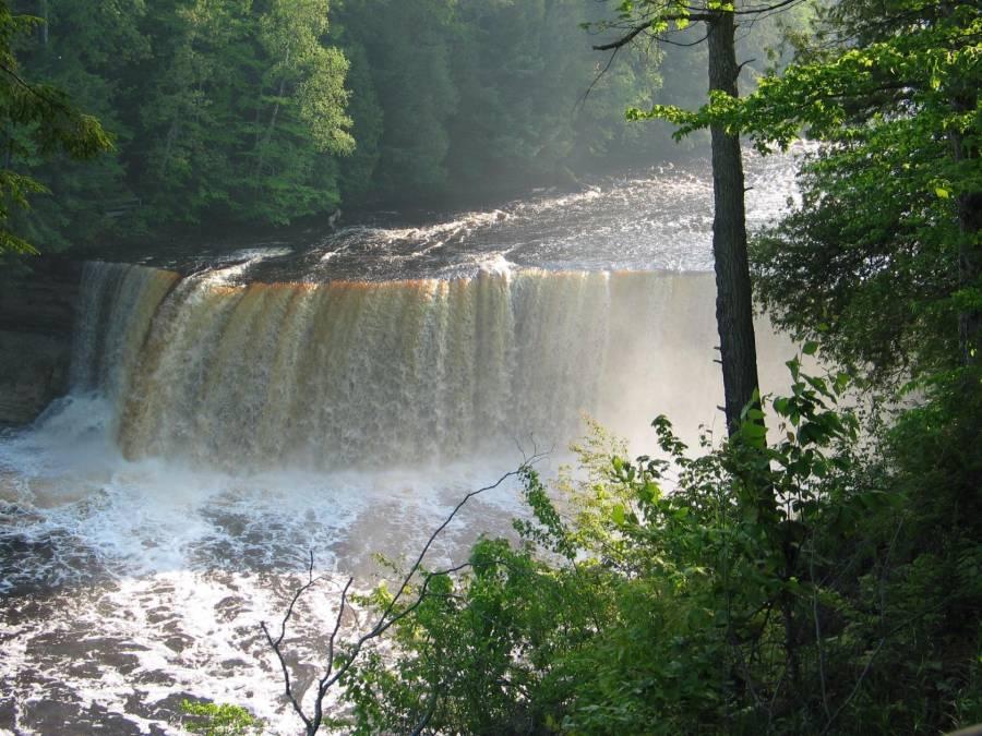 Водопад Upper Tahquamenon Falls