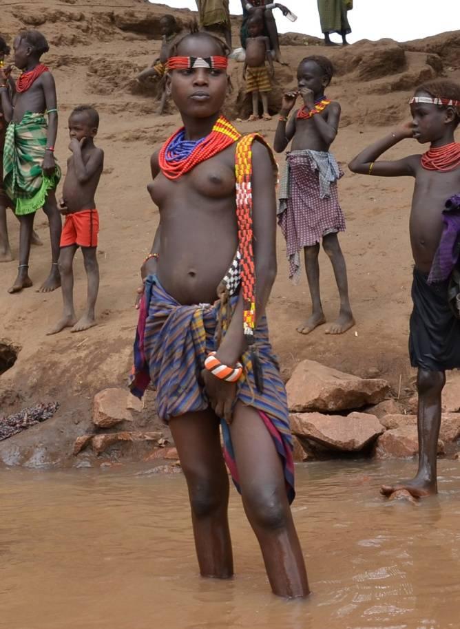 Река Омо. Девушка из племени дасанеч