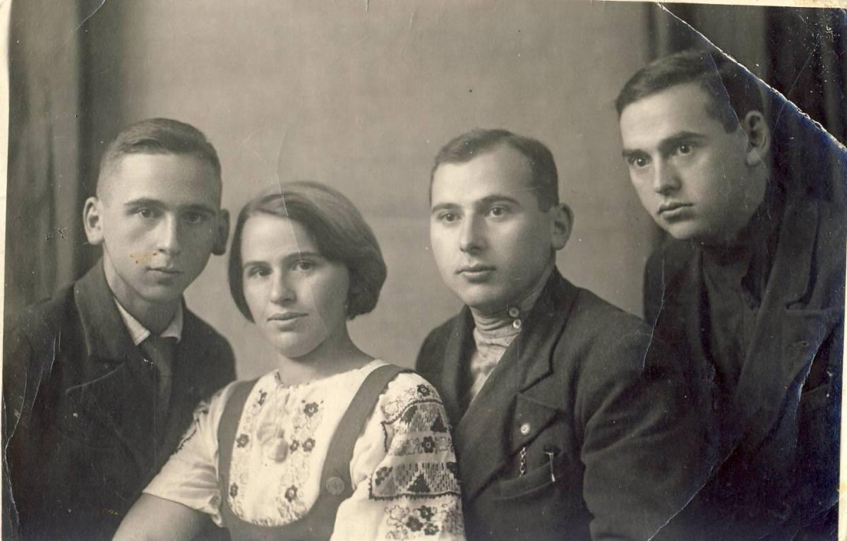 С братьями Яковом, Марком и Давидом