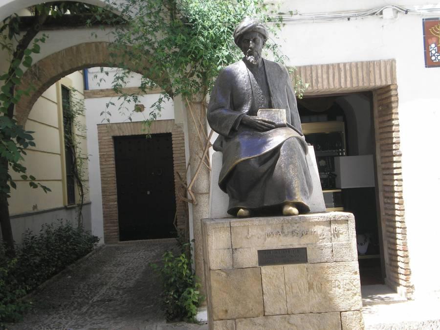 Памятник Рамбаму во дворе синагоги