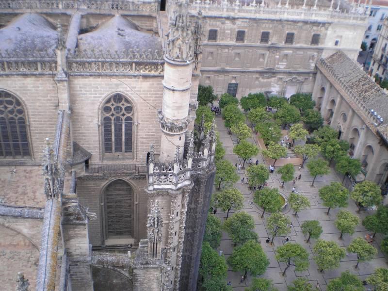 Кафедральный собор Севильи. Внутренний дворик — панорама с верхней точки Хиральды