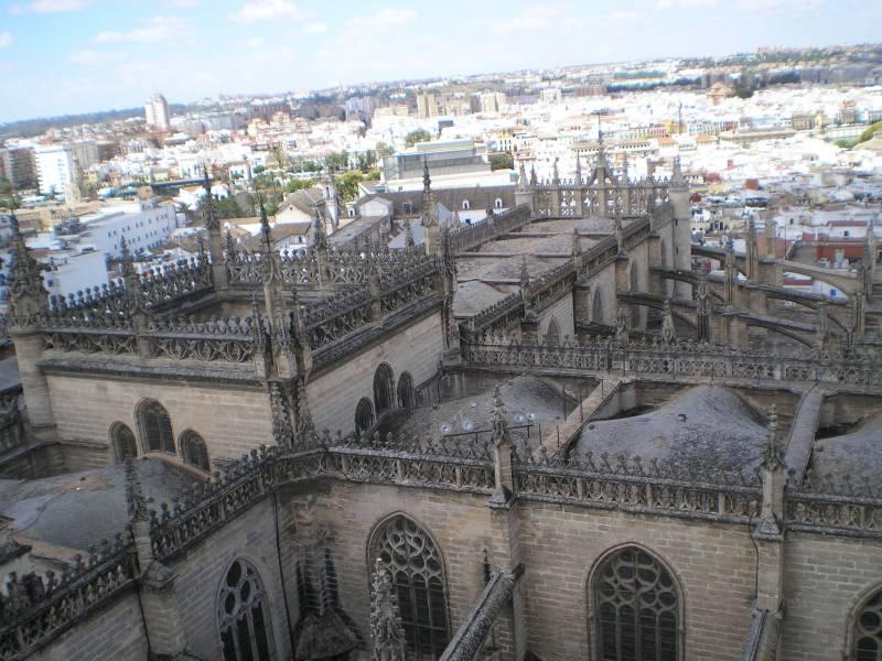 Крыши собора и панорама Севильи с верхней площадки Хиральды