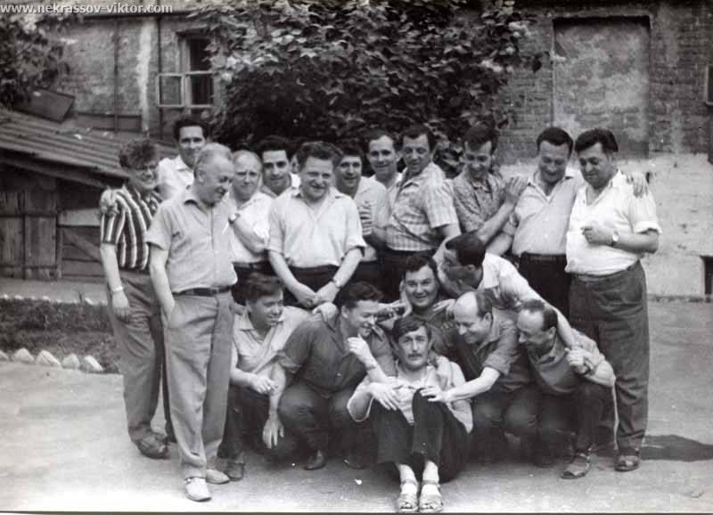 Виктор Некрасов среди друзей