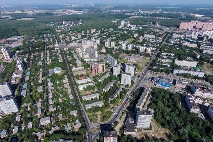 Слева — Белокаменное шоссе, справа — Заводская улица, застроенная в сталинско-хрущёвские времена