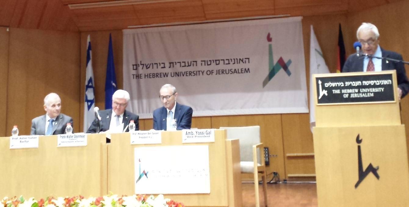 Президент ФРГ в центре, а университета — справа. Ректор говорит про гостя хорошие слова