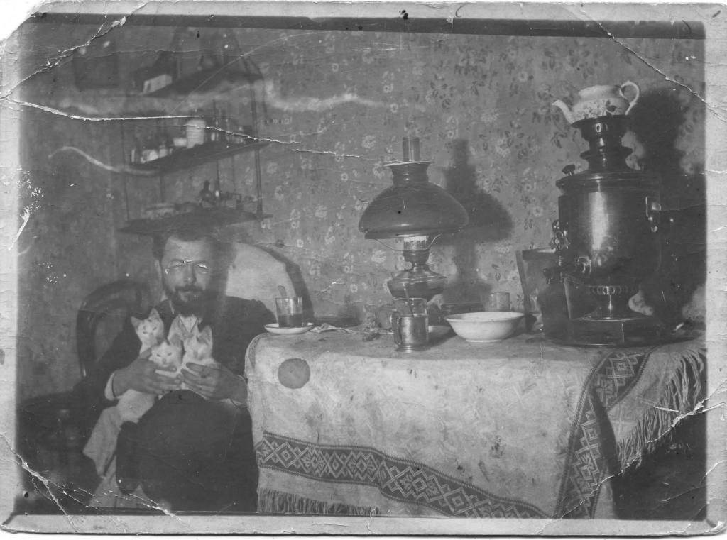 Сергей Павлович Алисов с самоваром