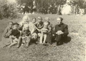 Желомеино, под Москвой. 1956. В центре — бабушка Оля, с Краю — дедушка Саша. Дальше всех от фотоаппарата — я, подпасок