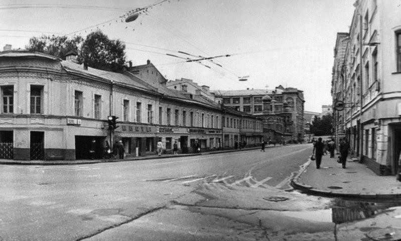 Слева «Чебуречная», напротив колбасный магазин