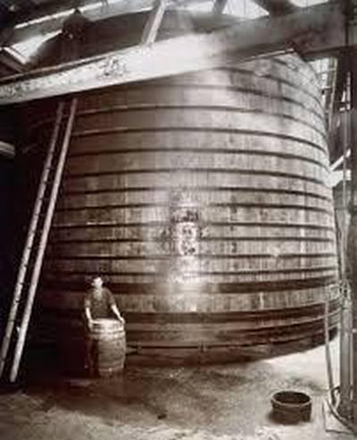 Гигантская бочка с вином на складе CWA в Сан-Франциско
