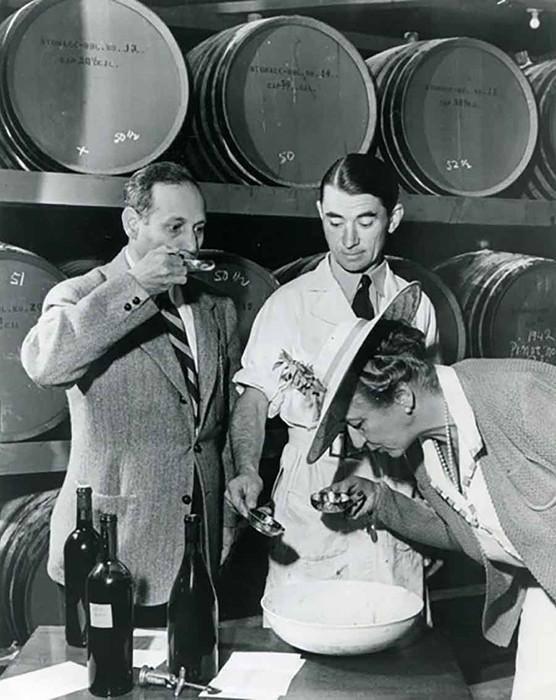 Жорж де Латур, Андрей Челищев, Фернанде де Латур. Проба вина в винодельне BV, 1939 год