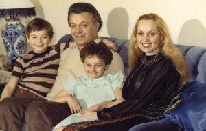У них двое детей, Андрей и Наталья.