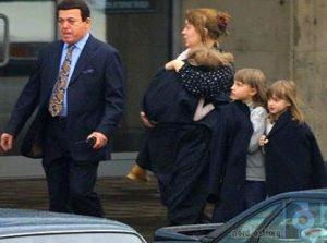 В результате вывел из захваченного террористами зала женщину с тремя детьми