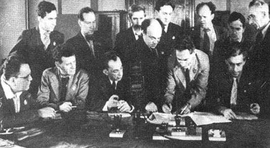 На фото заседания Президиума ЕАК в центре стоит Соломон Михоэлс, который был Председателем ЕАК. Его Сталин уничтожил первым. Остальных расстреляли через два года. Уцелел только писатель Илья Эренбург (сидит крайний справа).
