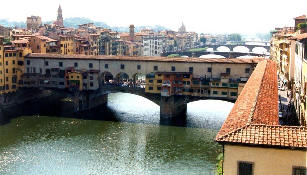 На Понто Веккио оживлённей, чем на венецианском Риалто (мост Вздохов)