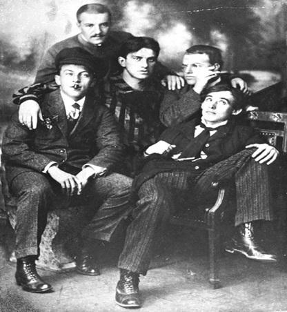 Перельман (в центре) с друзьями