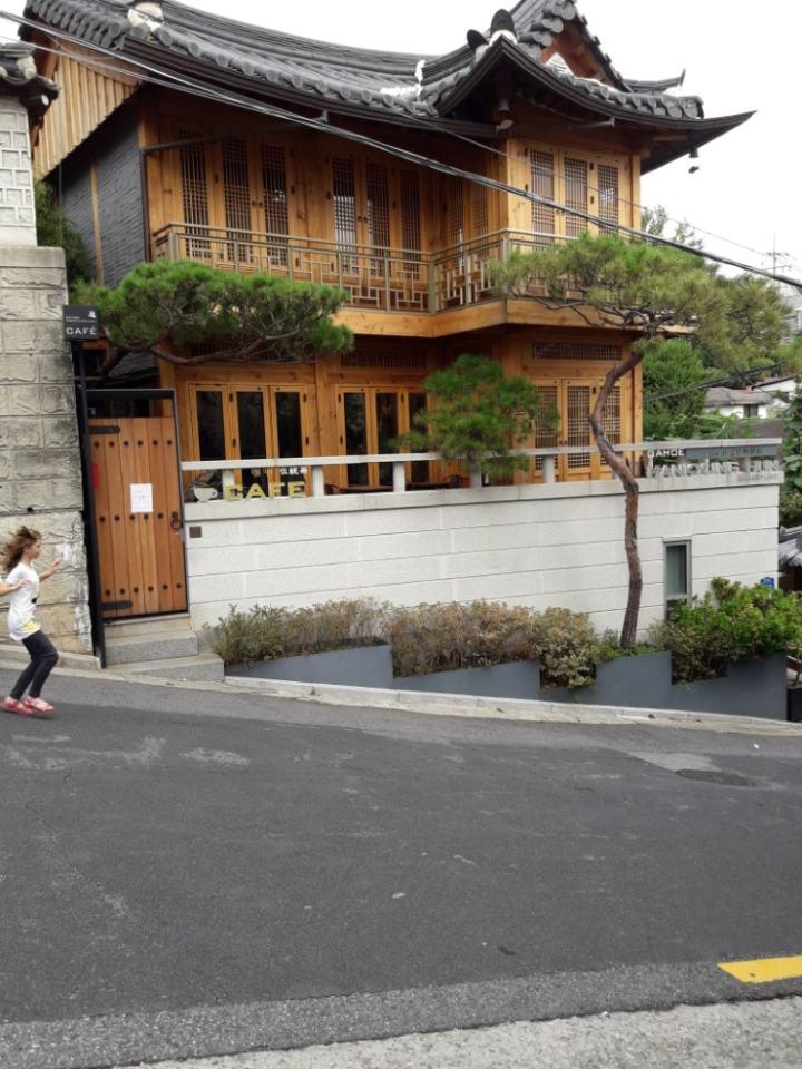 Деревянный частный дом в центре городской застройки
