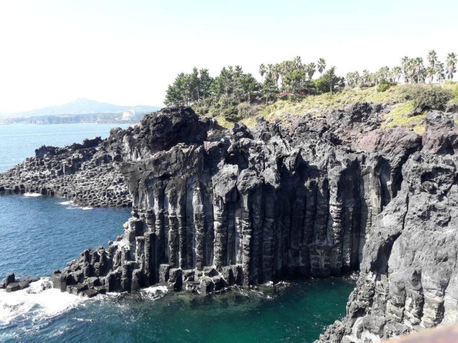 Чеджудо. На мысе вулканических скал-многогранников