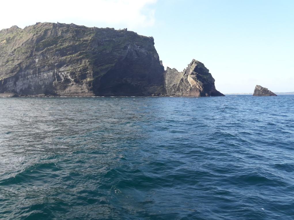 Скалы у острова