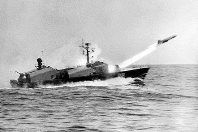 Египетский катер типа «Комар» выпускает ракету П-15