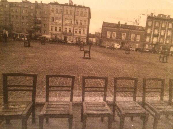 Стулья как память об уничтоженном нацистами Краковском гетто