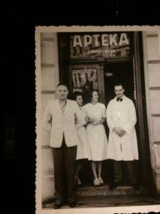 Довоенное фото Тедеуша Панкевича с сотрудниками у входа в аптеку
