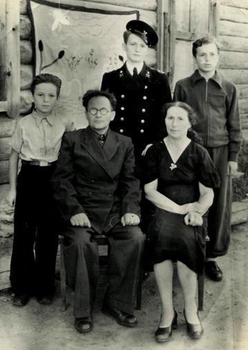 Семья Иоффе. Родители: отец — Григорий Саулович; мать — Куна Наумовна. Братья (слева направо): Наум, Саул, Эмануил