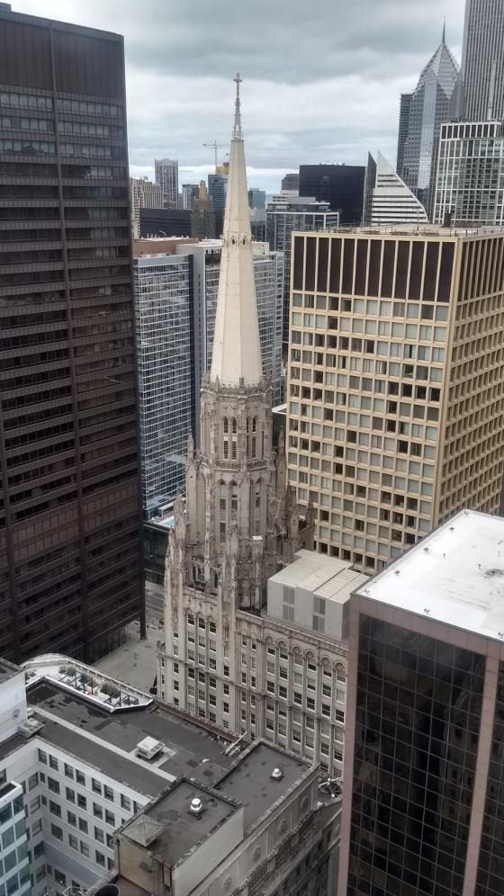 Вид из окна 47-го этажа на First United Methodist Church и Daley Plaza