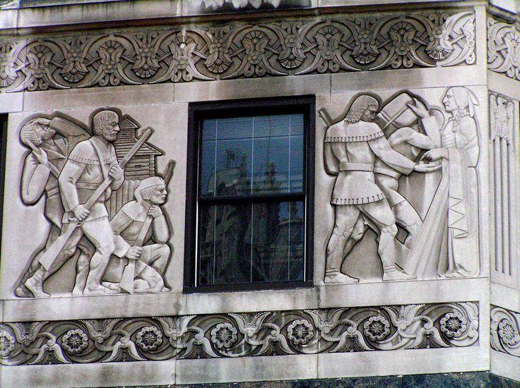 Рельефы «Нападение на форт Дирборн» (левый) и «Торговцы обмениваются товарами с индейцами» (правый)