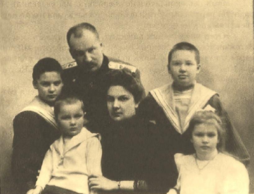 Евгений Сергеевич Боткин с женой и детьми: Дмитрием, Глебом, Юрием Татьяной. Около 1905 года
