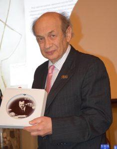 Писатель С. Е. Резник с портретом академика Н. И. Вавилова
