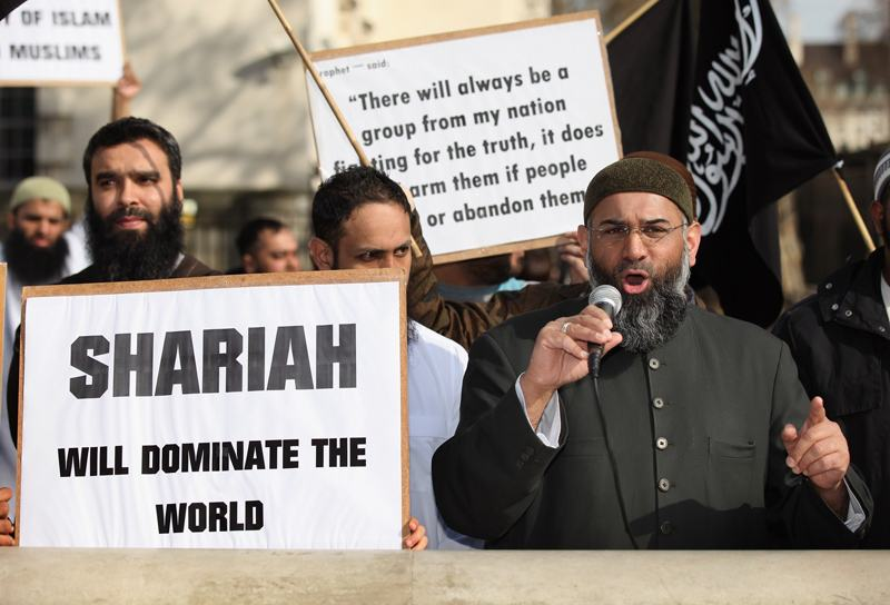 Анжем Чоудари (справа) Британский исламский радикал, который в настоящее время находится в тюрьме, выступает на митинге протеста в Лондоне 21 Марта, 2011 (Photo by Oli Scarff/Getty Images)