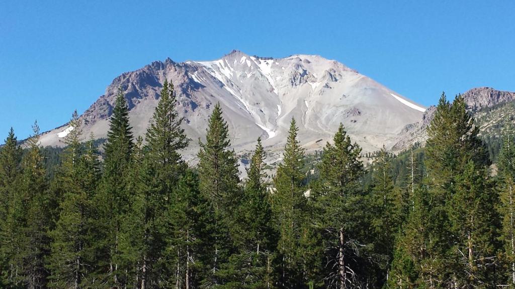 Так Lassen Peak выглядит со стороны