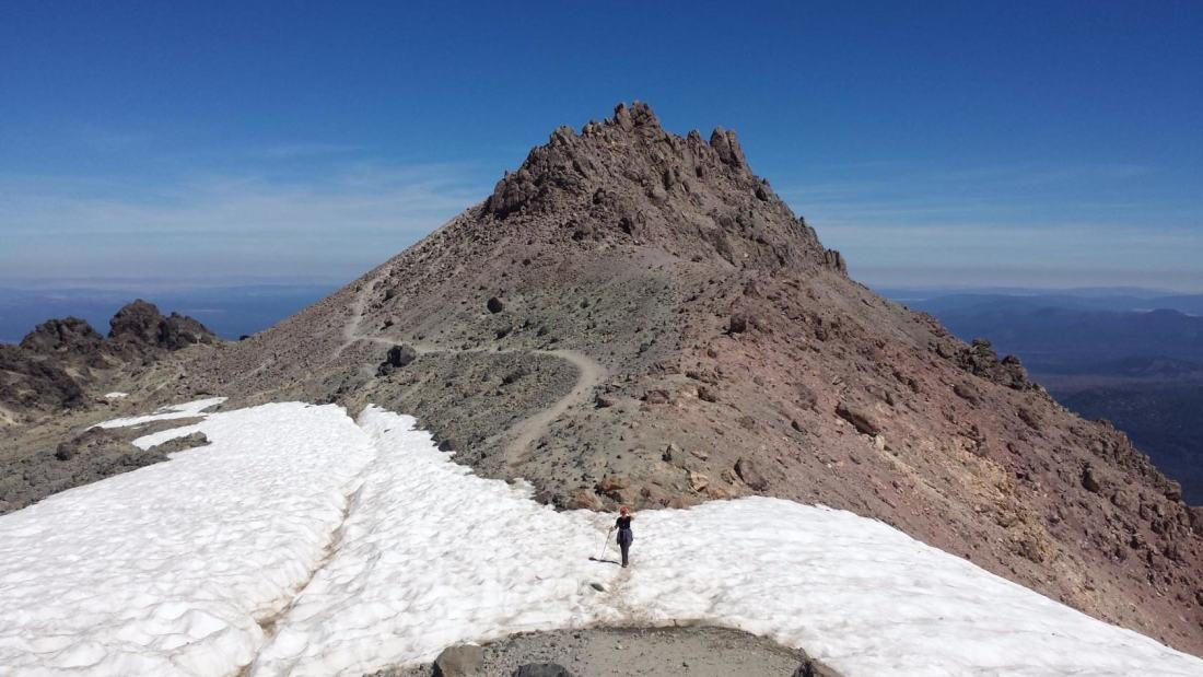 Lassen Peak. Седловина между вершинами. Регина на снегу. Слева видны вулканические породы. Там находится калдера