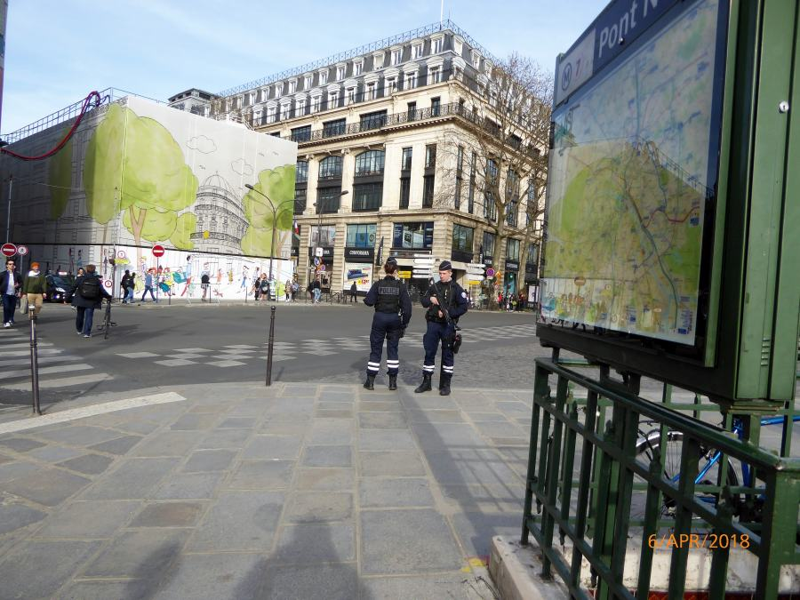 Часто встречаются вооружённые полицейские и патрули военных