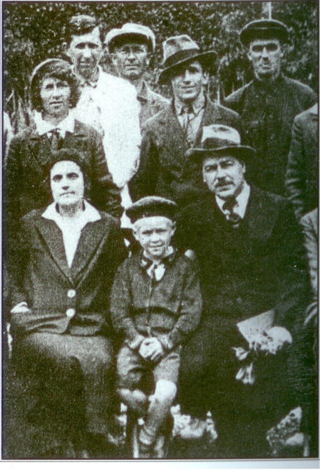 Юра Вавилов с матерью Еленой Ивановной Барулиной и отцом Николаем Ивановичем Вавиловым. Ялта, Никитский ботанический сад, 1933