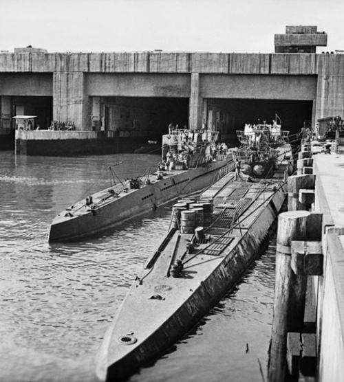 Немецкие подводные лодки типа VII (слева) И IX перед бункером в Тронхейме
