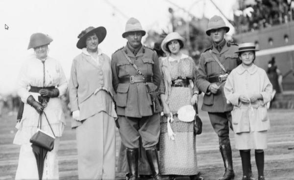 Монаш (в центре) с семьёй и друзьями перед отправкой на фронт
