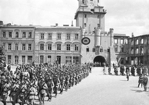 Советские воины в освобожденном Люблине. 24 июля 1944 г