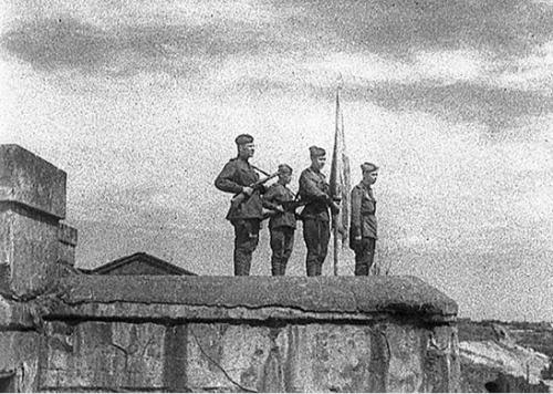 Над Брестской крепостью вновь Красное знамя. 28 июля 1944 г.