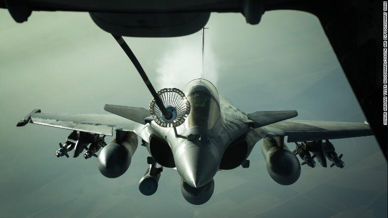 Французский многоцелевой истребитель Dassault Rafale получает топливо от самолёта-заправщиков