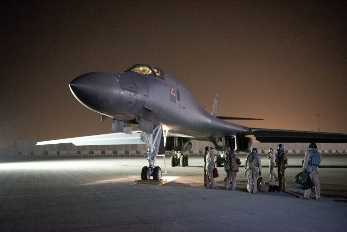 На авиабазе Аль-Удэйд в Катаре 379-я экспедиционная группа по техническому обслуживанию проводит предполетные проверки на 34-й бомбардировочной эскадрилье B-1B Lancer (Фото ВВС США мастера сержанта Фила Спека)