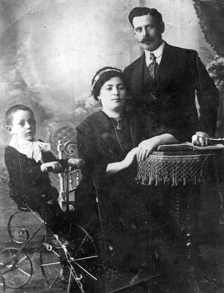 Папа с приемными родителями Ольгой и Соломоном, 1912 год