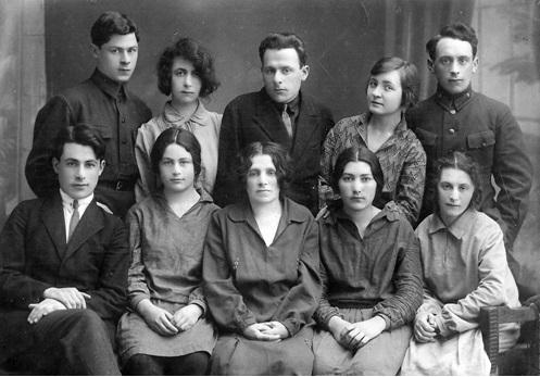 Отец (справа) со своей родной семьей в Москве, 1933 год