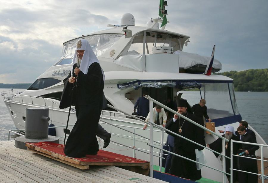 IVANOVO REGION, RUSSIA. JULY 19, 2015. Patriarch Kirill of Moscow (L) alights from a river boat during a visit to the town of Plyos. Vladimir Smirnov/TASS