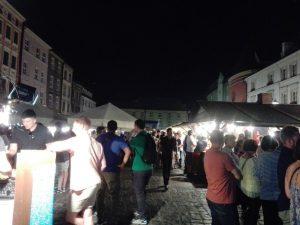 Вокруг площади красивые, особенно вечером, с подсветкой соборы